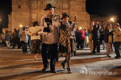 """Oaxaca - Meksyk, 2010 rok - wyróżnienie 8. już edycja Wielkiego Konkursu Fotograficznego magazynu National Geographic Polska  - """"Ciepły grudniowy wieczór w meksykańskim mieście Oaxaca. Kilkadziesiąt par starszych ludzi tańczyło przed kościołem. Wśród nich ta jedna, która na widok aparatu zaczęła się uśmiechać..."""""""