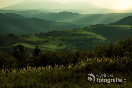 Zdjęcie zostało zrobione z Wysokiego Wierchu od strony Słowackiej. Przybyliśmy tam wcześniej aby spokojnie wybrać miejsce na zachód słońca. Jednak widok był tak zniewalający, że warto było go uwiecznić. Mimo jesieni, zielone góry przy złotej godzinie to niezapomniany widok. Zdjęcie było prezentowane na wystawie członków klubu FKA kursów Marka Waśkiela.