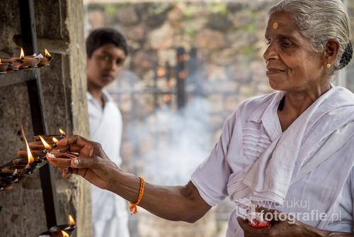 Modlitwa starszej kobiety i ciekawość młodego chłopca to idealne połączenie przykuwające uwagę.