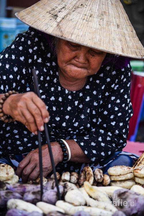 Przydrożne stoisko z grillowanymi warzywami. Wietnam, 2016