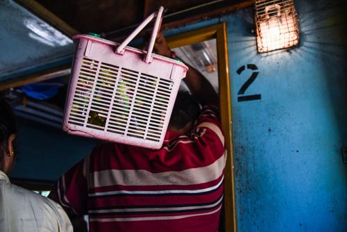 Sprzedawca przekąsek w pociągu. Sri Lanka.