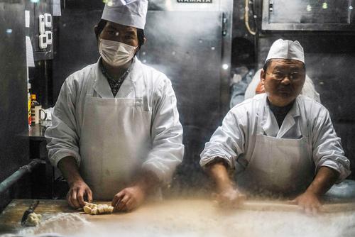 Kuchnia baru z chińskimi pierożkami w chińskiej dzielnicy Jokohamy.  Jokohama, Japonia.