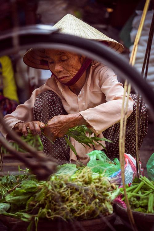 Stragan z warzywami na lokalnym targu. Hoi An, Wietnam.