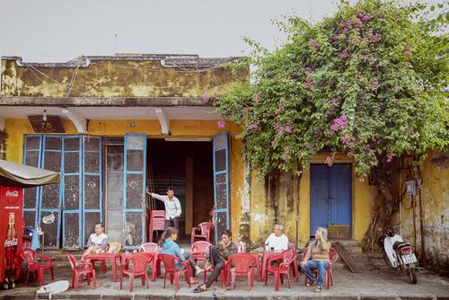 Klienci lokalnej kawiarni w Hoi An. Wietnam.