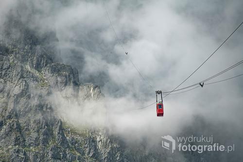 Fotografia zrobione po słowackiej stronie Tatr. Kolejka linowa wjeżdżająca na szczyt Łomnicy. Podróż przy ścianach, tonąc w chmurach.