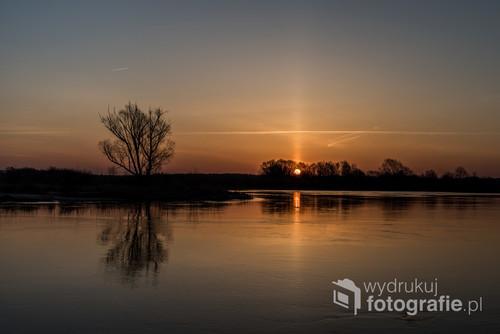 Zachód słońca nad Narwią w okolicach Łomży.  Zdjęcie wykonano w kwietniu 2018 roku