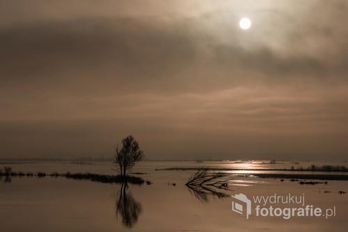 Wykonano w styczniu 2018 roku. Mglisty słoneczny poranek. Zdjęcie wystawiane na wystawie Klubu Nurt w Łomży
