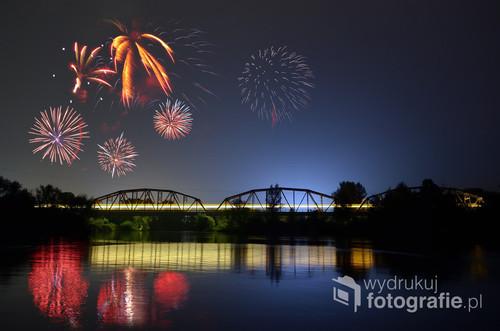 Pokaz fajerwerków podczas Święta Warki - widok z wyspy na rzece Pilica.