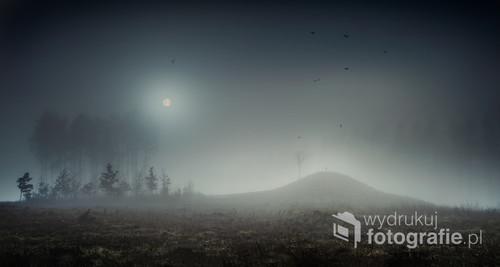 Mglisty, surrealistyczny pejzaż nocny. Fotowizja.