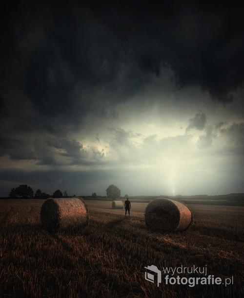 Obserwator letniej burzy, sztafaż z potęgą natury.