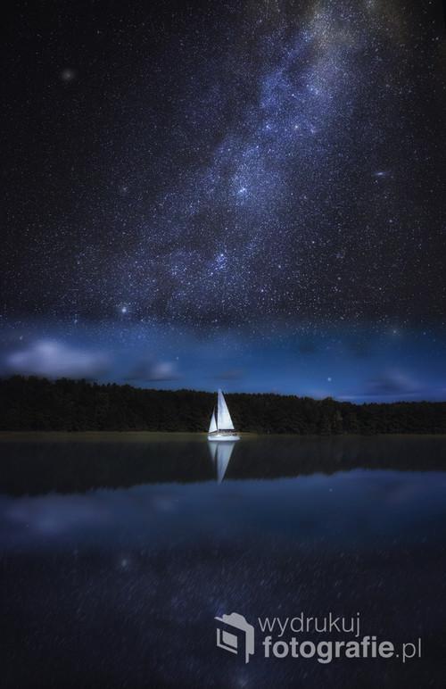 Jacht na nocnym jeziorze.