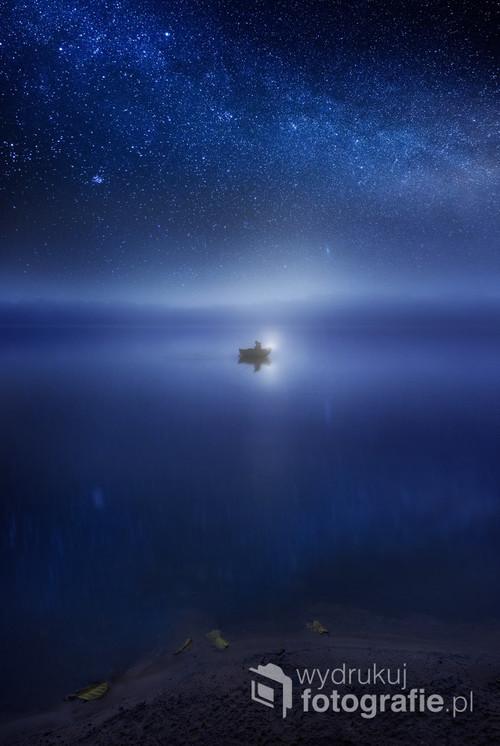 Jezioro, nocne łowienie ryb pod gwiazdami, późna jesień.