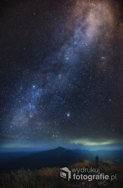 Nocny, senny pejzaż z Połoniną Caryńską w tle. Sztafaż lekko surrealistyczny.