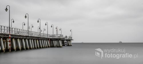 Molo w Gdyńskim Orłowie, panorama pokazująca minimalistyczny charakter tego miejsca poprzez zastosowanie długiego naświetlania w dzień.