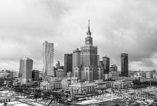 Zdjęcie pokazujące panoramę centrum Warszawy z Pałacem Kultury, wszytko pokazane w czerni i bieli podkreślające klimat całości.