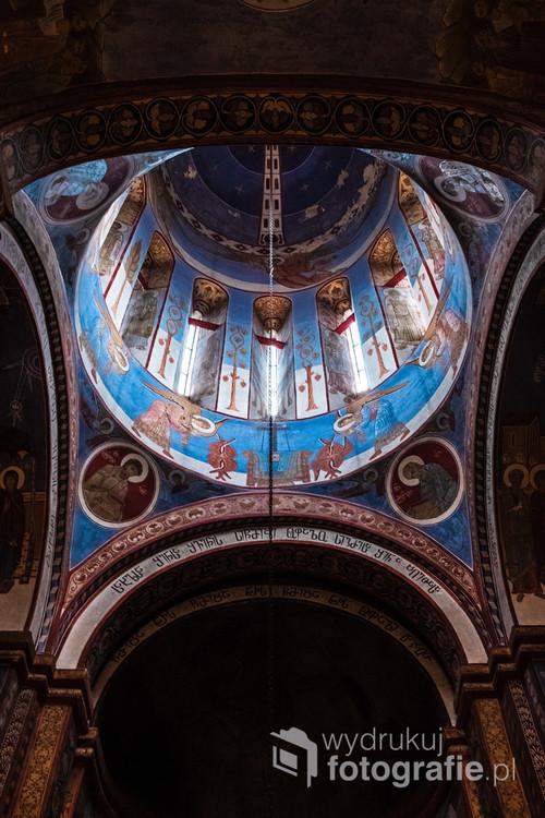 Gruzińskie kościoły maja jedną wspólną cechę: małe okiennice. To własnie przez nie promienie słoneczne maja oświetlać symbole boże i wystawić go samego na piedestał podczas ceremonii. Człowiek natomiast, jakoś istota podlegająca stwórcy, ma pokornie ukrywać się w cieniu, nie warta boskiego światła.