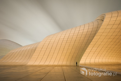 Centrum Heydara Aliyeva, Baku, Azerbejdżan. Zwycięska fotografia w Wielkim Konkursie Fotograficznym National Geographic 2017 w kategorii krajobraz. Nagradzana i wyróżniana w kilkudziesięciu międzynarodowych konkursach fotograficznych (m.in. Sony World Photo Awards)