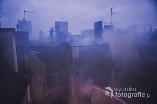 Fotografia przedstawia strażaków walczących z pożarem po wybuchu gazu w kamienicy w Katowicach