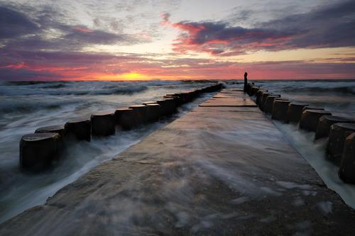 Falochron na wybrzeżu Morza Bałtyckiego, w sztormowy dzień.
