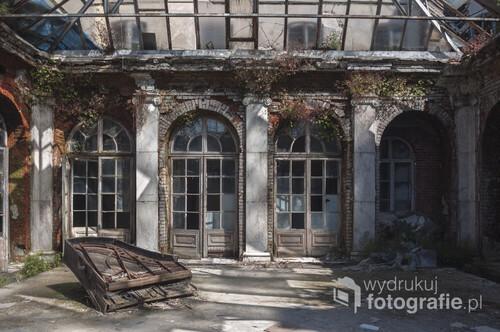 Pałac Rzewuskich w Bratoszewicach jest jedynym w swoim rodzaju obiektem. Zbudowany w 1922 roku dla Kazimierza Rzewuskiego, wg projektu Juliusza Nagórskiego stanowi smutny przykład jak dziedzictwo kulturowe Polski uległo degradacja po II wojnie światowej. Asymetryczny pałac wzniesiono w stylu łączącym elementy baroku i klasycyzmu francuskiego, odwołano się również do estetyki Ecole-des-Beaux-Arts. Jednym z najbardziej charakterystycznych elementów pałacu jest ulokowane w samym sercu obiektu oszklone patio wewnątrz, którego pozostał zniszczony fortepian. Zdjęcie wykonane aparatem Nikon D90, f/3.5, 2000 s, ISO-100, 18 mm.