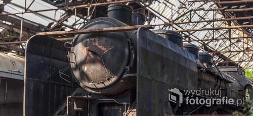 Opuszczone cmentarzysko pociągów Istvántelek w Budapeszcie to tzn. Red Star Train Graveyard. Nazwa ta pochodzi od ogromnej radzieckiej lokomotywy, która jest jedną z kilkudziesięciu porzuconych wewnątrz ogromnej hali.  Zdjęcie wykonane aparatem Nikon D90, f/1.4, 800 s, ISO-100, 50 mm.