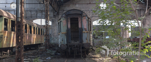 Opuszczone cmentarzysko pociągów Istvántelek w Budapeszcie to tzn. Red Star Train Graveyard. Nazwa ta pochodzi od ogromnej radzieckiej lokomotywy, która jest jedną z kilkudziesięciu porzuconych wewnątrz ogromnej hali.  Zdjęcie wykonane aparatem Nikon D90, f/1.4, 640 s, ISO-100, 50 mm.