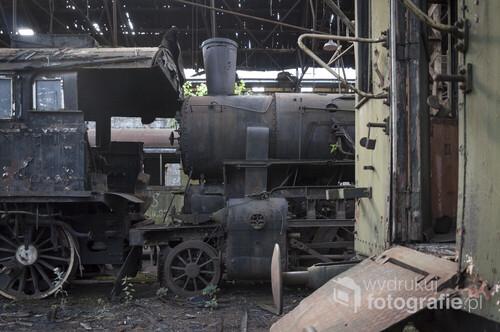 Opuszczone cmentarzysko pociągów Istvántelek w Budapeszcie to tzn. Red Star Train Graveyard. Nazwa ta pochodzi od ogromnej radzieckiej lokomotywy, która jest jedną z kilkudziesięciu porzuconych wewnątrz ogromnej hali.  Zdjęcie wykonane aparatem Nikon D90, f/3.5, 30 s, ISO-100, 18 mm.