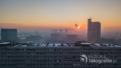 Superjednostka czyli najdłuższy budynek mieszkalny w Katowicach o wschodzie słońca, w tle Altus, Spodek, MCK i NOSPR