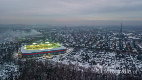 Stadion Piasta Gliwice podczas meczu. Widoczna również radiostacja gliwicka