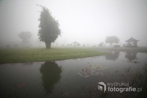 Mgła przy balijskiej świątyni Bratan, tworząca widoki skłaniające do refleksji.