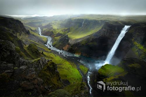 Deszczowe i mgliste popołudnie przy 122-metrowym wodospadzie Háifoss na Islandii.