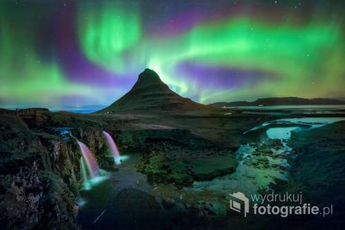 Wraz z początkiem września, na Islandii pojawiają się pierwsze zorze polarne. Tutaj nad górą Kirkjufell, piękną samą w sobie.
