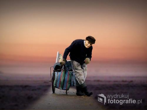 Komorów, 25 listopada 2016 Zwróciłam na starca uwagę, gdy mijałam go nieustannie z wypakowanym wózkiem. Zapytany o to, jak reaguje rodzinna?  Bezimienny starzec stwierdził,że musi im pomagać.  -No cóż, syzyfowa praca, droga bez celu i całkiem osamotniony.