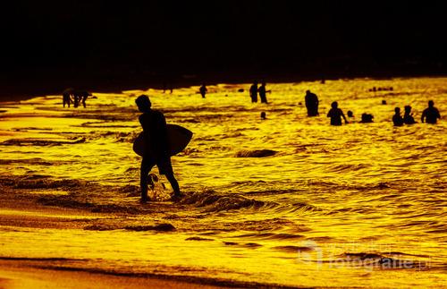 Sylwetka surfera o zachodzie słońca na plaży Coco, Guanacaste - Kostaryka 2015