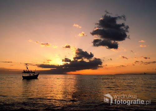 Pelikany na łódce o zachodzie słońca w rybackiej miejscowości Tarcoles, Kostaryka 2015