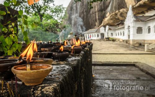 Wejście do zabytkowych świątyń buddyjskich wykutych w skale - Dambulla, Sri Lanka 2015