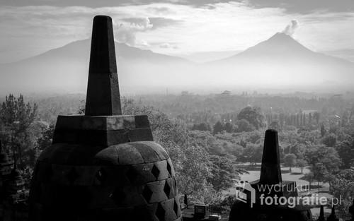 Buddyjska świątynia Borobudur i wulkan Merapi w tle - Jawa, Indonezja 2016