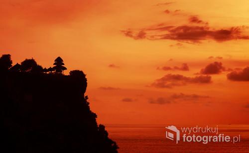 Zachód słońca nad świątynią Uluwatu na Bali, Indonezja 2016