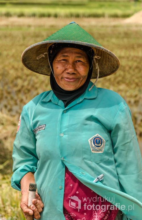 Portret kobiety przy pracy podczas żniw ryżu - południowa Jawa, Indonezja 2016