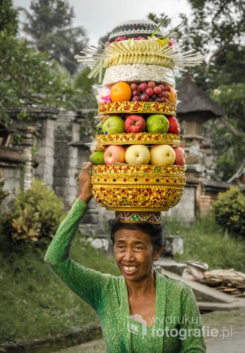 Lokalne święto balijskie; kobiety składają dary w świątyni hinduistycznej. Bali, Indonezja 2016.