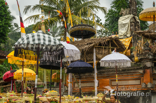 Lokalne święto balijskie; ludzie składają dary w świątyni hinduistycznej. Bali, Indonezja 2016.