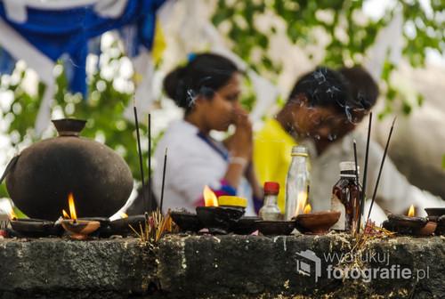 Buddyści modlą się przed skalną świątynią Dambulla. Sri Lanka 2015.