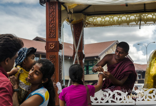 Buddyści przychodzą, aby otrzymać błogosławieństwo na ulicach Galle. Sri Lanka 2015.