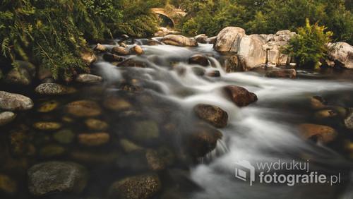 Kadr powstał w wyniku długiego czasu naświetlania, nad jedną z rzek Korsyki -Rizzanese. Emanuje spokojem i pięknem miejscowej przyrody.