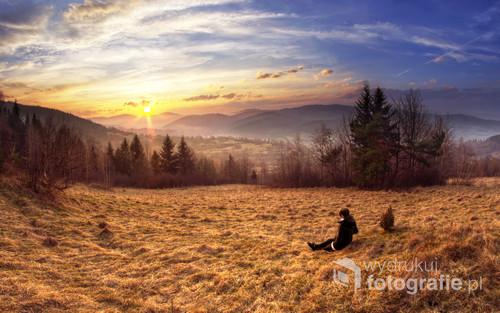 Zdjęcie zrobione w mojej rodzinnej wiosce - Skawicy, moja żona, jak i prywatna modelka podziwia ostatnie promienie słońca wydzierające się zza gór.