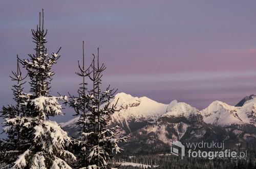 Ten zimowy zachód słońca w tatrach zadziwił mnie kolorami - tego wieczora było po prostu niezwykle kolorowo. Widok z górnej kolejki wyciągu narciarskiego w Małych Cichych.