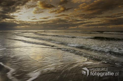 Zachód słońca na plaży w Łebie jesienną porą. Czas ekspozycji ponad sekundę pozwolił rozmyć nieco fale.