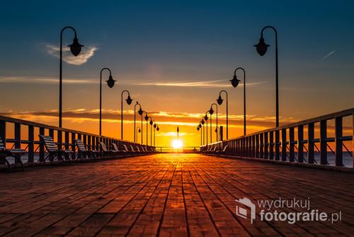 Zdjęcie przedstawia wschód słońca na Molo w Gdyni Orłowo - Luty 2019