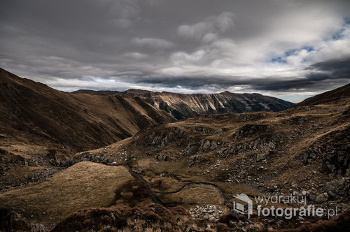 Karpaty, góry Fogaraskie,październik 2017  Na zdjęciu widzimy krajobraz w  ostatni dzień w owych górach zanim zasypał je śnieg. Nazajutrz po wyjściu z namiotu mogłem śmiało lepić bałwana.