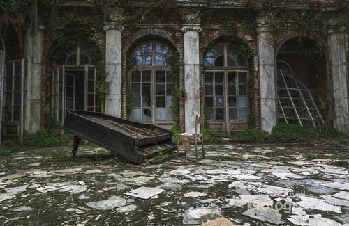 Zdjęcie przedstawia dziedziniec w jednym z opuszczonych polskich dworów szlacheckich.
